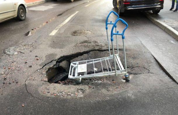После дождя вКудрове образовалась дыра васфальте
