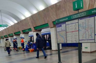 Упавший под поезд вметро пассажир попал вбольницу