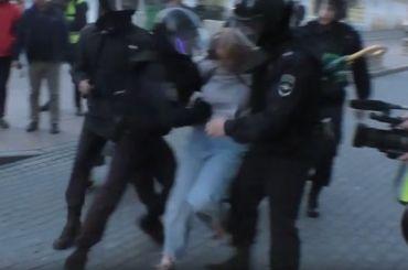 Девушка, которую ударил вживот полицейский, пожаловалась всуд наСКР