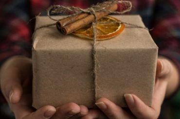 «Почта России» доставила петербурженке посылку снадкусанным шоколадом внутри