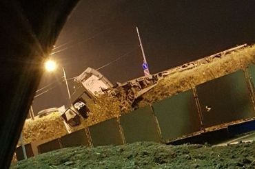 Фура пробила ограждение в Скачках и едва не вылетела с моста