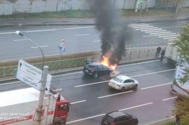 Горящий автомобиль ограничил движение наСуздальском проспекте