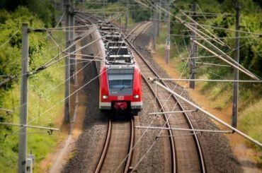 Страховщики выплатят петербурженке почти 1,5 млн заперелом руки впоезде