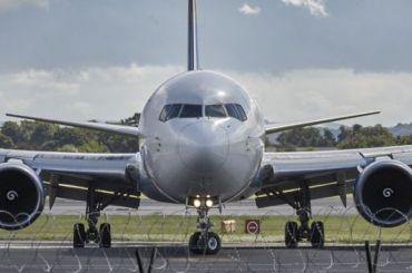 Пассажира самолета, курившего втуалете, задержали вПетербурге