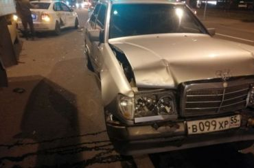 «Мерседес» помял такси наБудапештской улице