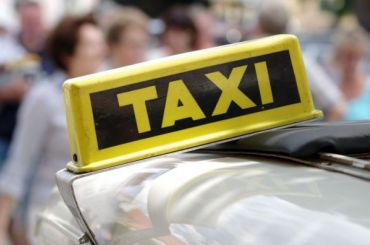 Таксист вПетербурге обстрелял пассажира ивыбросил его измашины