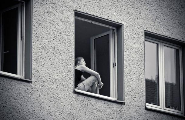 Школьница вЛенобласти выпрыгнула вокно, когда вдом пришли грабители
