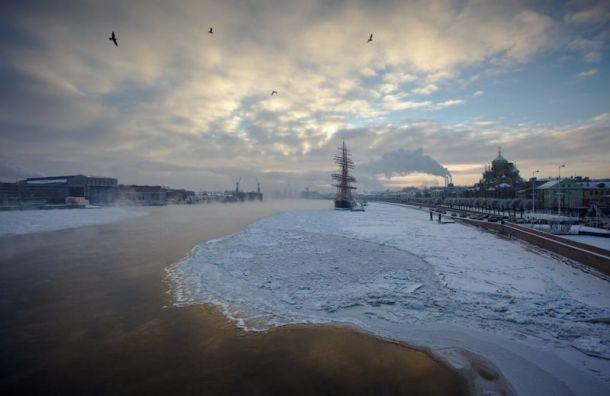 Нева впервые вэтом году начала покрываться льдом