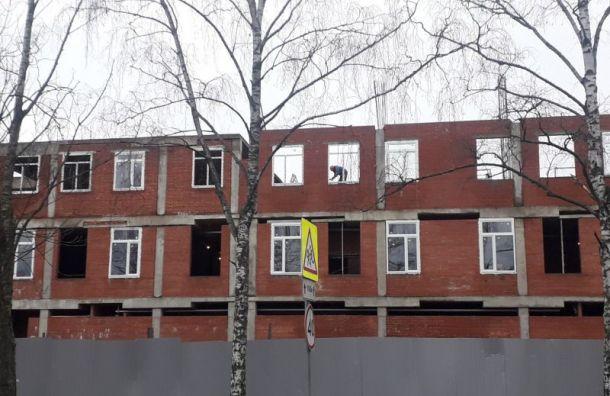 Перед зимой всестрорецкую школу без крыши решили вставить окна