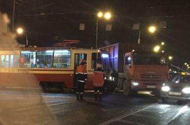 Трамвай протаранил КамАЗ наПетергофском шоссе
