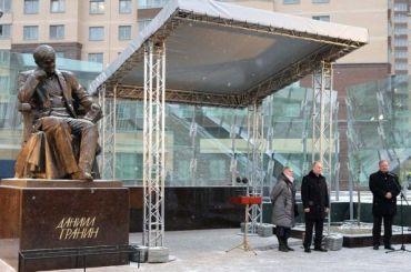 Путин открыл памятник Гранину вПетербурге