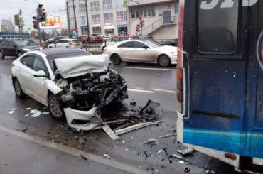 Три человека пострадали вДТП смаршруткой наКантемировской
