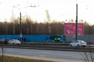 Район вокруг памятника Гранину экстренно благоустраивают перед приездом Путина