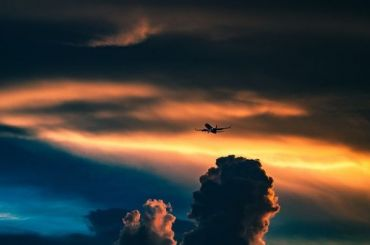 Несколько самолетов кружат над аэропортом Пулково вожидании вылета Путина