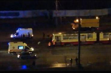 Трамвай сбил ночью двух петербуржцев наДальневосточном проспекте