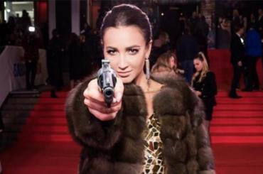 Бузова направила пистолет нахейтеров
