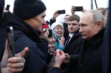 Путин вышел пообщаться слюдьми наоткрытии памятника Гранину