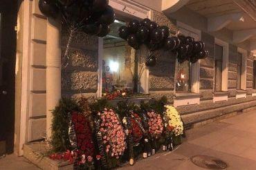 Петербуржцы возложили траурные венки кзакрытому бару наРубинштейна