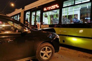 После аварии сучастием «Чижика» наКосыгина собралась большая пробка