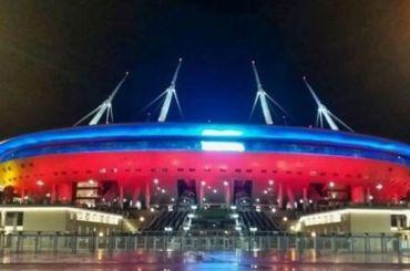«Газпром Арена» начала светиться цветами российского флага