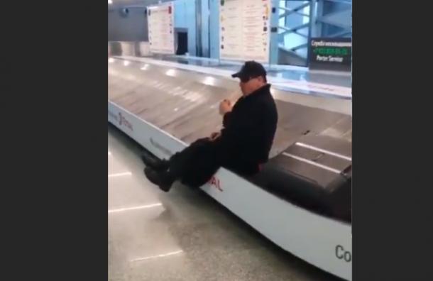 Тилль Линдеманн прокатился набагажной ленте ваэропорту Пулково