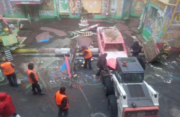Администрация Петроградского района начала разрушать дворик Нельсона