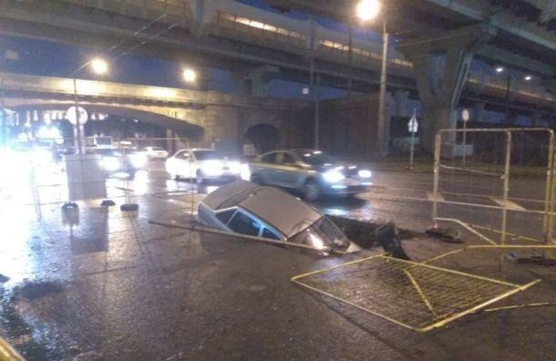 Автомобиль ушел под землю напроспекте Стачек