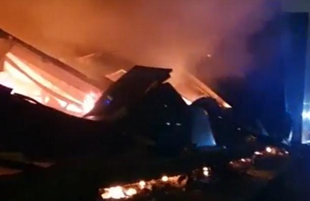 Ангар воФрунзенском районе выгорел исложился, как карточный домик