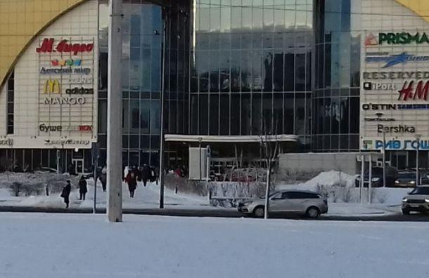 Вслед засудами вПетербурге массово эвакуируют торговые центры