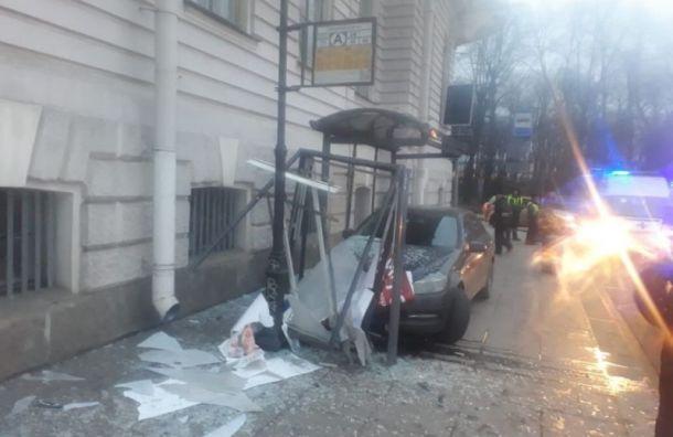 Mercedes сбил двух пенсионерок вцентре Петербурга