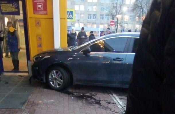 «Ленту» наБабушкина эвакуировали из-за влетевшей вмагазин иномарки