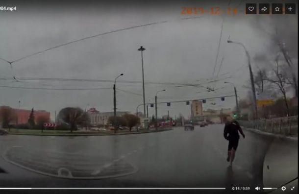 Босой мужчина вшортах бросается намашины вМосковском районе