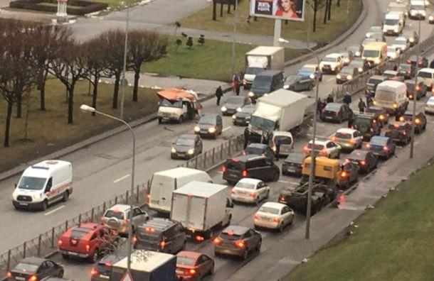 Свердловская набережная стоит из-за крупной аварии сучастием грузовика