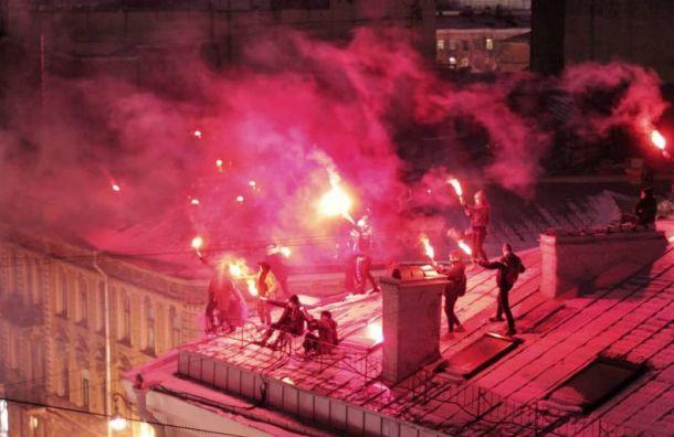 Руферы зажгли фаеры накрышах вцентре Петербурга