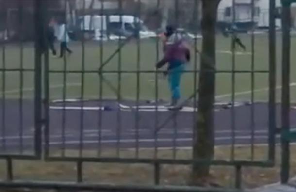 Московские школьники катались налыжах побесснежному стадиону