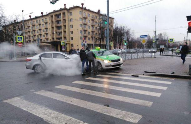 Такси прижало кстолбу после жуткой аварии наЛенсовета