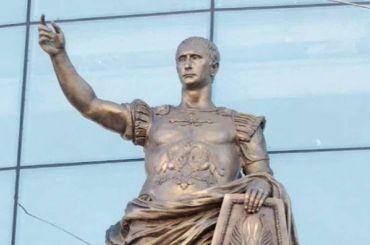 Статую римского императора слицом Путина обнаружили нафасадеТЦ «Еvropa»
