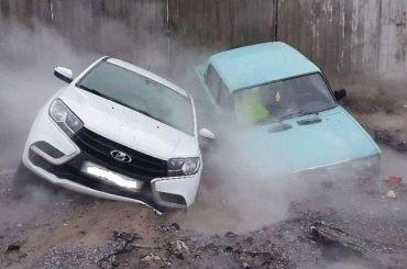 Две машины провалились под асфальт после прорыва трубы наНовикова