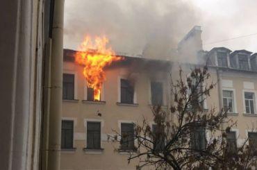Сильный пожар тушат вдоходном доме Лейхтенбергского наПетроградской стороне