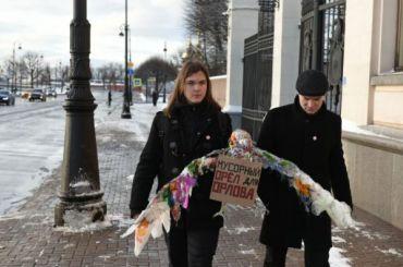 Другороссы принесли мусорного орла кзданию полпредства СЗФО