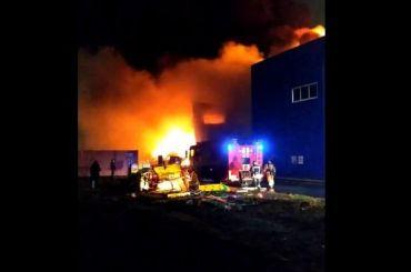 Огонь охватил склады наулице Салова воФрунзенском районе