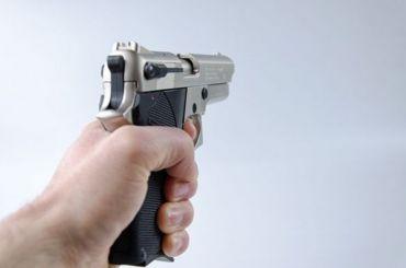 Прохожий подстрелил петербуржца, ссорившегося сженой