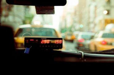 Пассажиры с ножом и веревкой ограбили таксиста в Петербурге