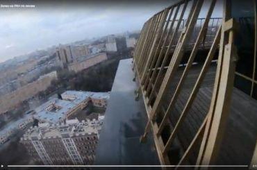 Петербургский экстремал забрался по стеклам на академию РАН