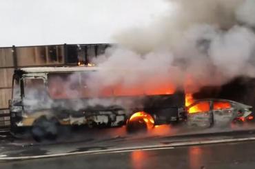 Автобус ииномарка загорелись после аварии наКАД