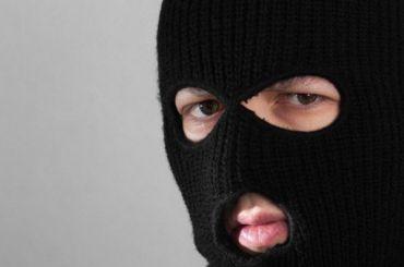 Неизвестные вмасках посреди дня отобрали 15 млн убизнесмена наКраснопутиловской