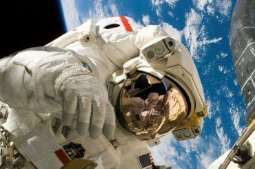 Депутатов петербургского ЗакСа поздравили космонавты