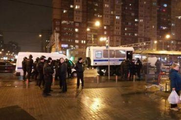 Полицейские прибывают наместо скопления бывших сотрудников «Семьи» иSpar