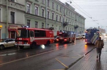 Изгорящего дома вцентре Петербурга спасли пожилую женщину