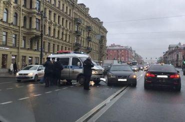 Машина полиции протаранила Volvo наНевском проспекте